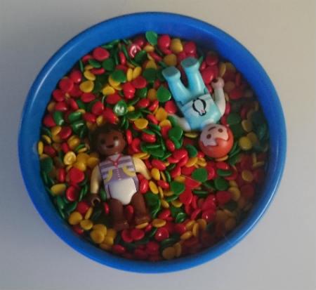 Como esta piscina de bolas en miniatura de Lego.