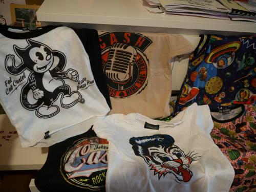 Camisteas de Roi de la marca Six Bunnies (la marca hermana de Hell Bunny para niños) y de merchandising oficial de bandas de rockabilly.